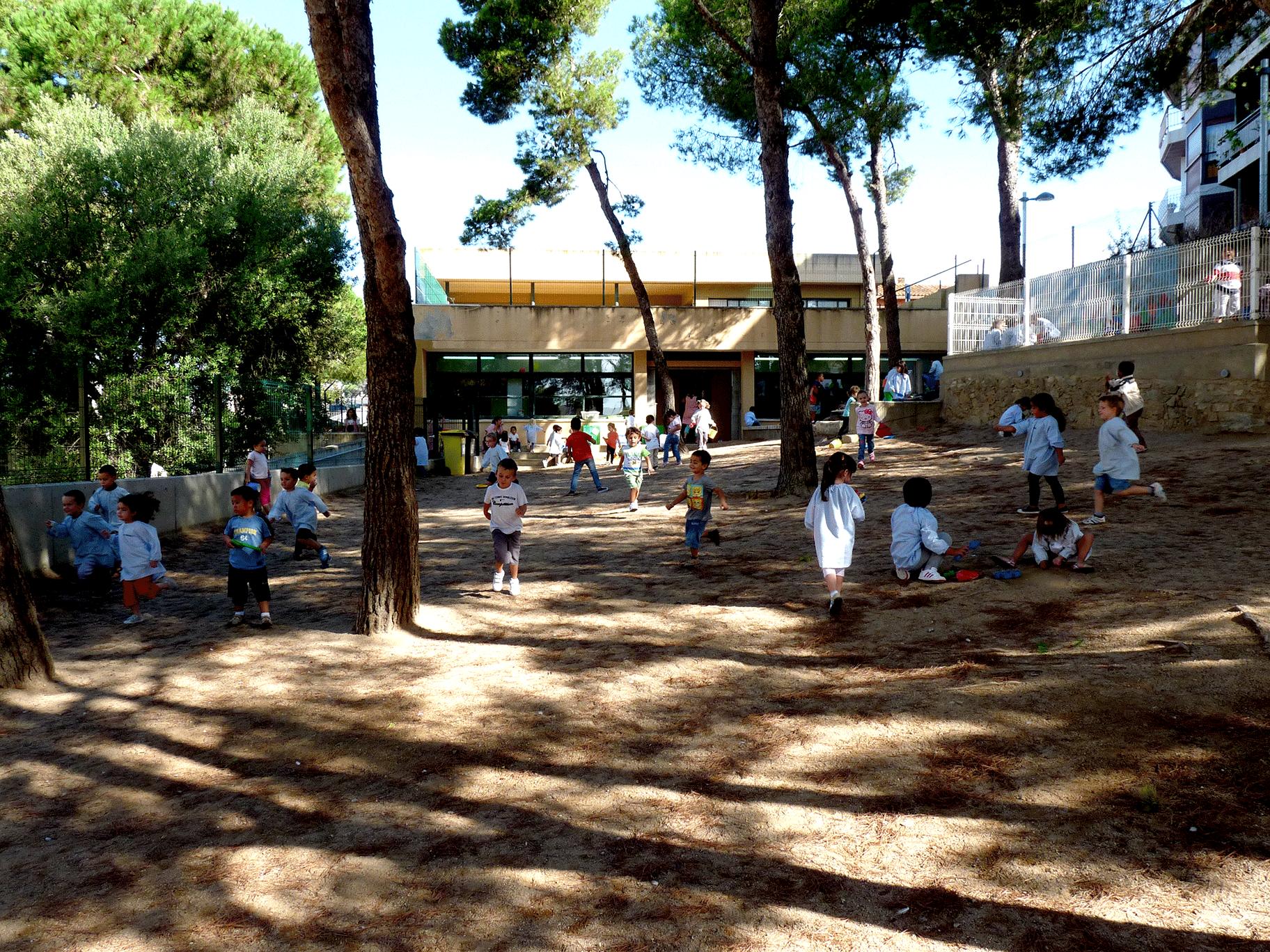 Setembre de 2013: Nens i nenes sense un joc concret i un espai poc pensat, simplement per a l'estona de l'esbarjo.